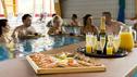 Champagner Frühstück. Lassen Sie sich im Thermalbad bedienen und geniessen die wohlige Wärme des Thermalbads.