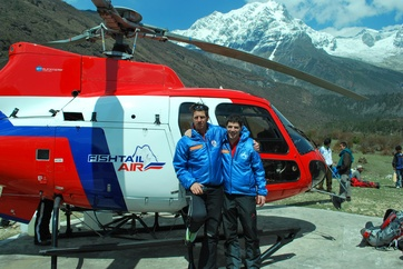 The Zermatt mountain rescue team Richi Lehner (on the left, mountain rescuer) and helicopter pilot Daniel Aufdenblatten on the Annapurna in Nepal.