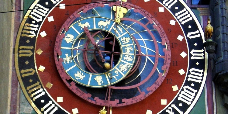 Already with the first clock of 1405 was the astrolabe over the arch of the gate.