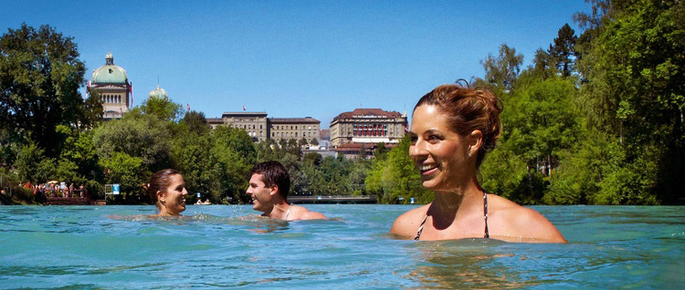 Hundreds of people bathing every summer in the aare.