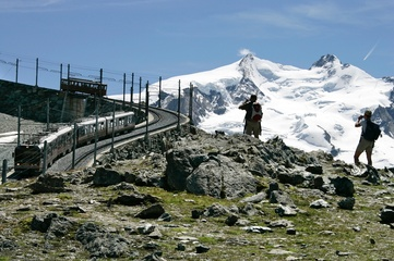 Gornergrat Bahn vor dem Monte Rosa Massiv