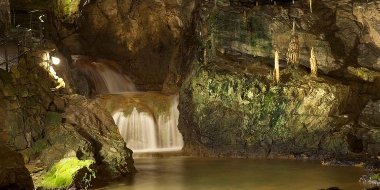 Der Rundgang durch die Grotten führt Sie durch gewaltige Tropfsteinformationen, weite Hallen und Schluchten.
