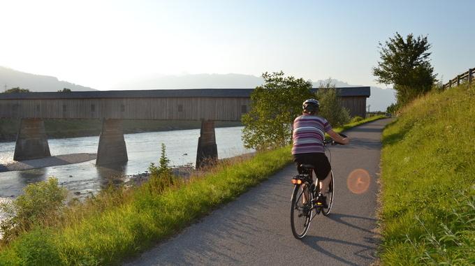 Radfahrer und Holzbrücke Vaduz