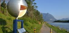 Der Planetenweg führt dem Rheindamm entlang