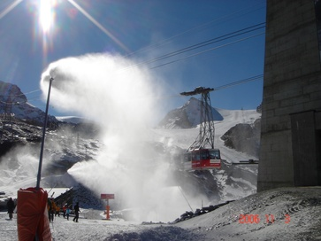Making artificial snow on the Trockener Steg