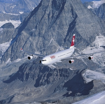 Swiss-Flugzeug vor dem Matterhorn