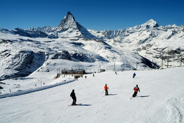 International ski fun in the Matterhorn ski paradise