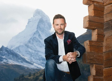 Presenter Nik Hartmann receives his guests at the foot of the Matterhorn