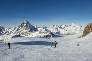An unforgettable experience awaits ski fans on the Theodul Glacier pistes and the pistes on the south-side of the Matterhorn (Italy).