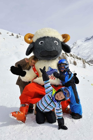 Wolli, the young black-nosed sheep from Zermatt, wants lots of kids drawings.